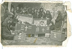 Ginaikes-pyrgoi1944